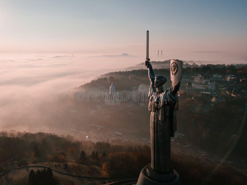 Enorm stålstaty av kvinnan med skölden och svärdet fäderneslandmonumentet i Kiev Ukraina USSR-arv Flyg- surr arkivfoto