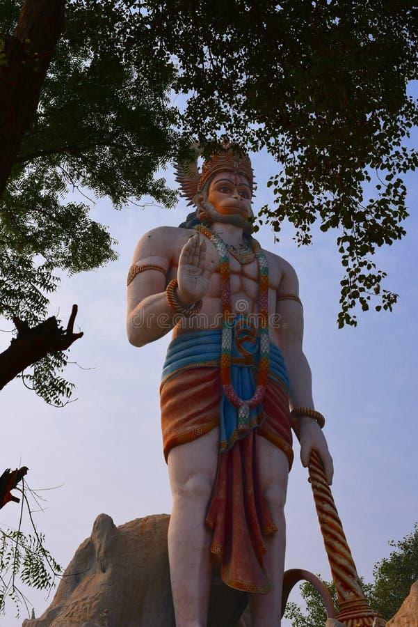 Enorm staty av den hinduiska guden Hanuman i Agroha Dham, en mycket berömd hinduisk tempel i Agroha, Haryana, Indien fotografering för bildbyråer
