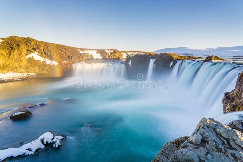 Enorm vattenfall med regnbågar i Island arkivfoto
