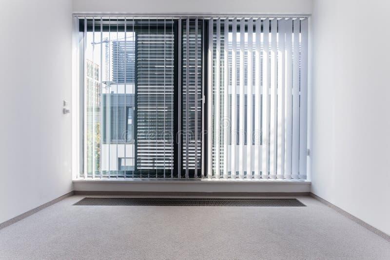 Enorm venster in leeg bureau royalty-vrije stock afbeelding