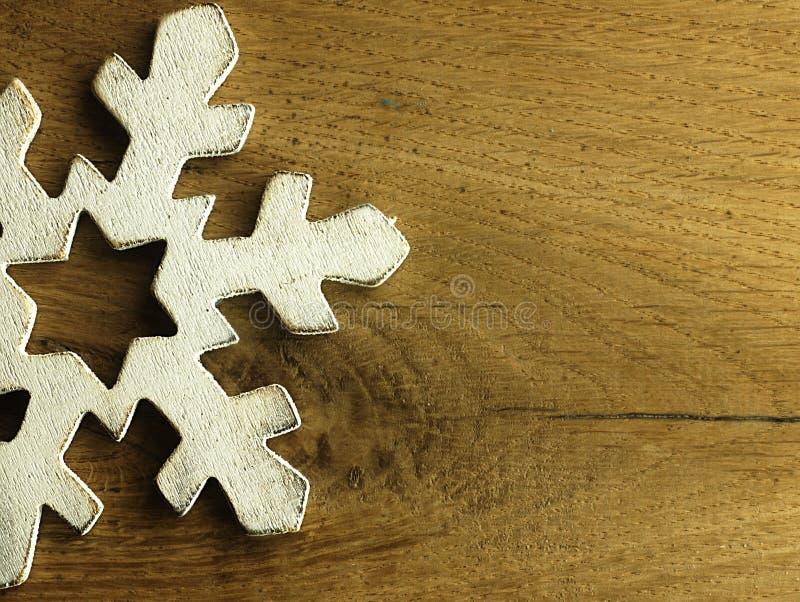 Enorm vit snöflinga och träbakgrund arkivbild