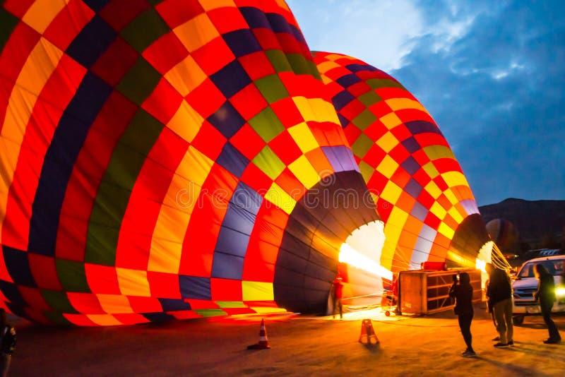 Enorma ballonger blåser upp för lansering kalkon cappadocia fotografering för bildbyråer
