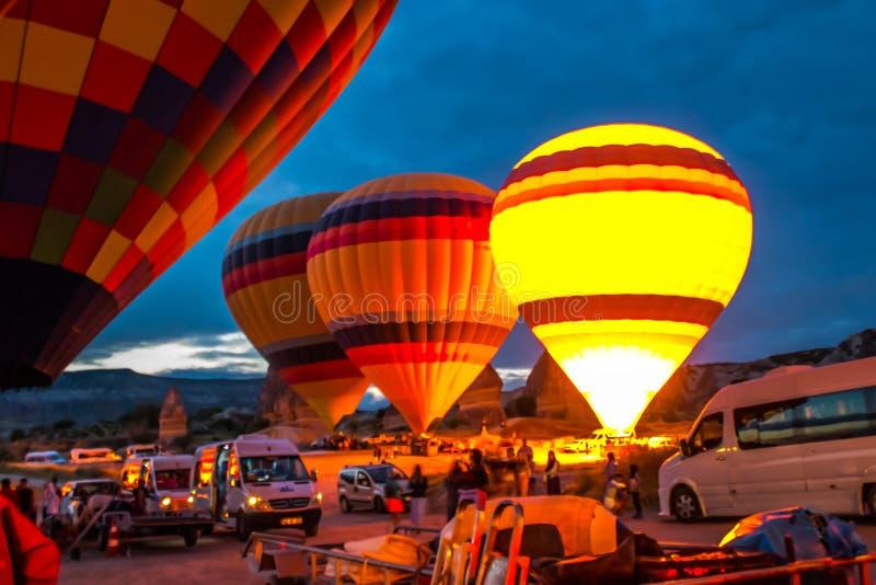 Enorma ballonger blåser upp för lansering kalkon cappadocia royaltyfria bilder