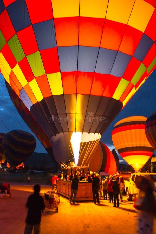 Enorma ballonger blåser upp för lansering kalkon cappadocia arkivbild