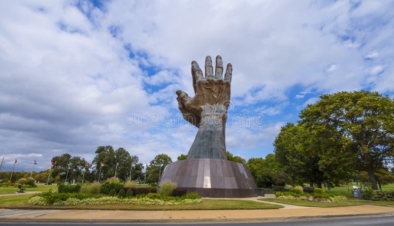 Enorma be händer skulpterar på muntliga Roberts University i Oklahoma - TULSA - OKLAHOMA - OKTOBER 17, 2017 arkivfoto