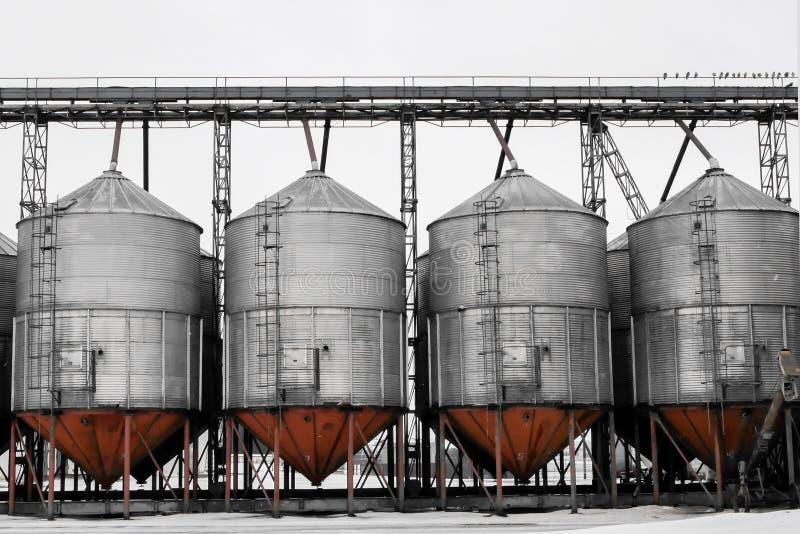Enorma behållare och behållare i den kemiska branschen industriell bakgrund royaltyfri illustrationer
