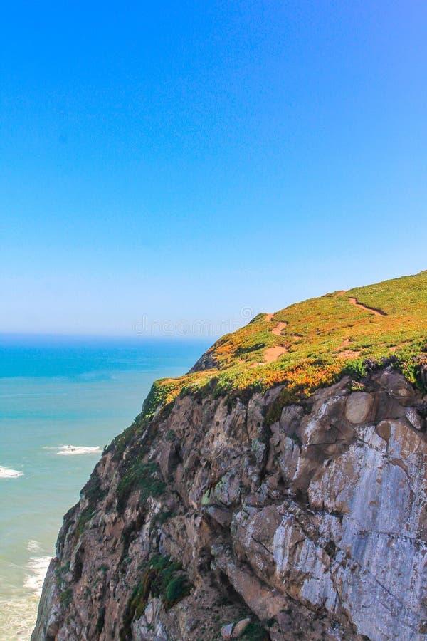 Enorma berg i Cabo Da Roca, huvudstad av Portugal royaltyfri foto