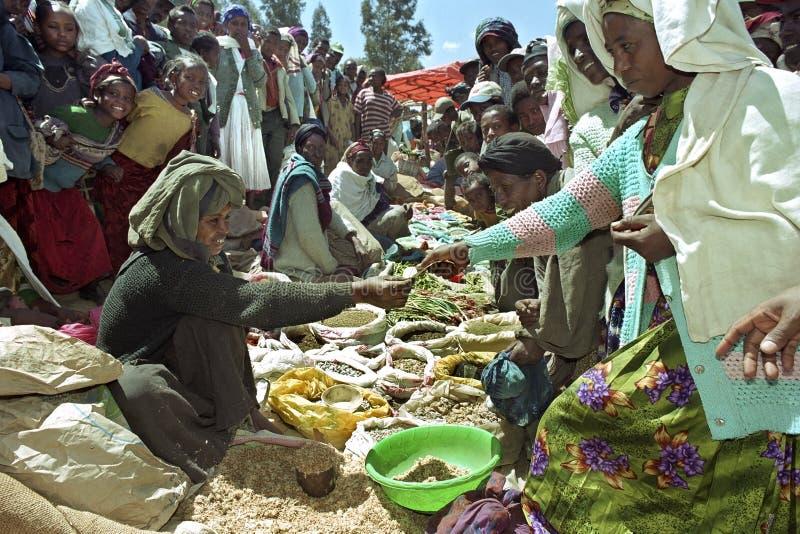 Enorma folkmassor på en etiopisk marknad royaltyfria foton