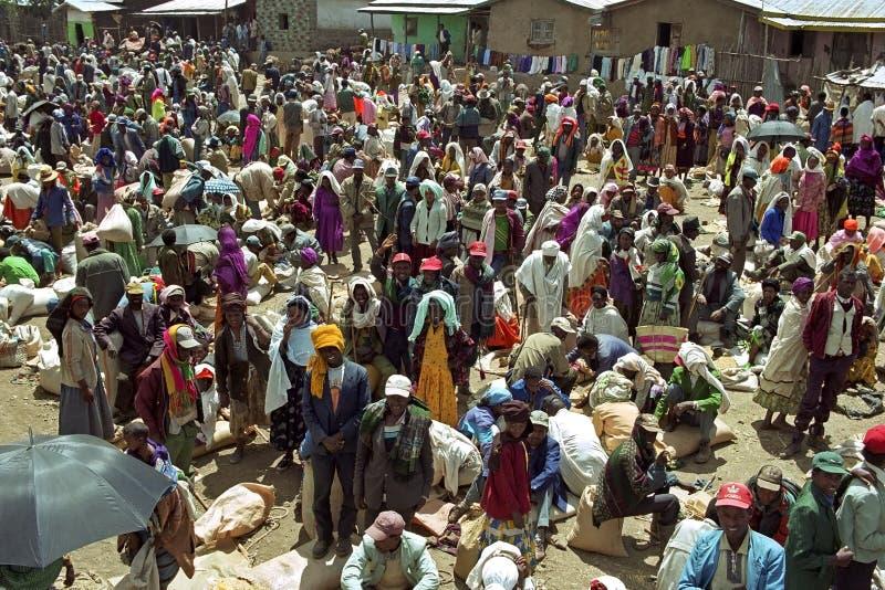 Enorma folkmassor på en etiopisk marknadsfyrkant royaltyfria bilder
