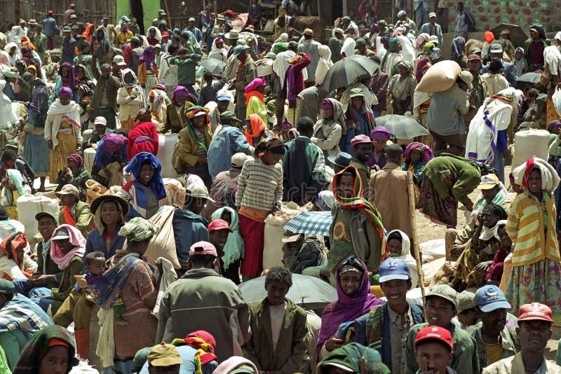 Enorma folkmassor på en etiopisk marknadsfyrkant arkivfoto