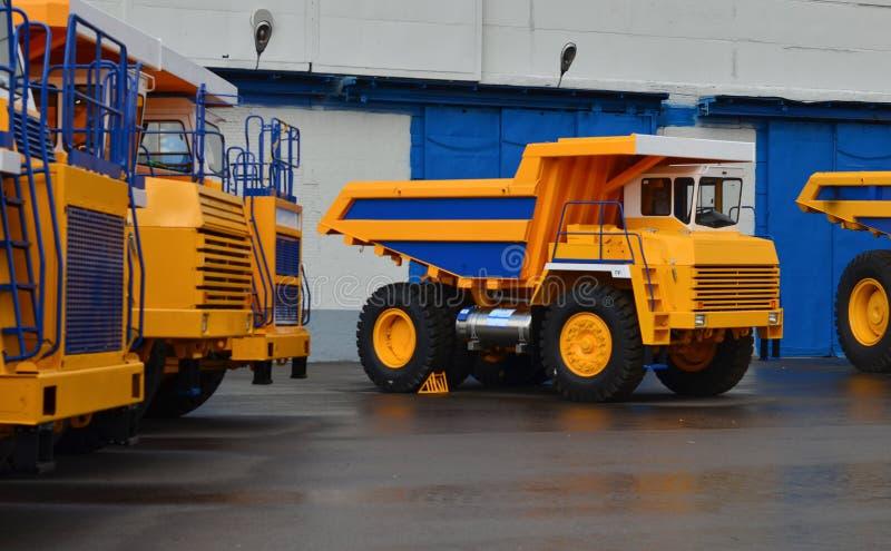 Enorma gula villebråddumper på stora hjul på utställningen av automatisk utrustning arkivbild