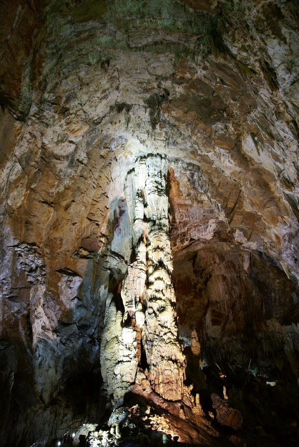 enorma karststelae för grotta royaltyfria bilder