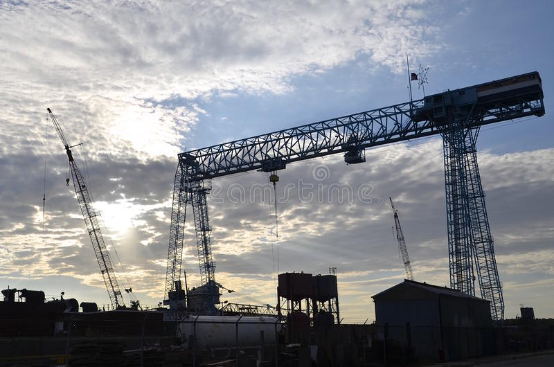 Enorma kranar och elevator i skeppbyggnadsgård arkivbild