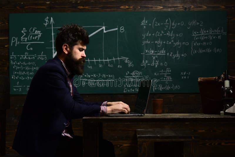 Enorma lärare vet om saker som gör studenter nyfikna Handleder, eller lärarehjälp studenten blir ett oberoende arkivbild