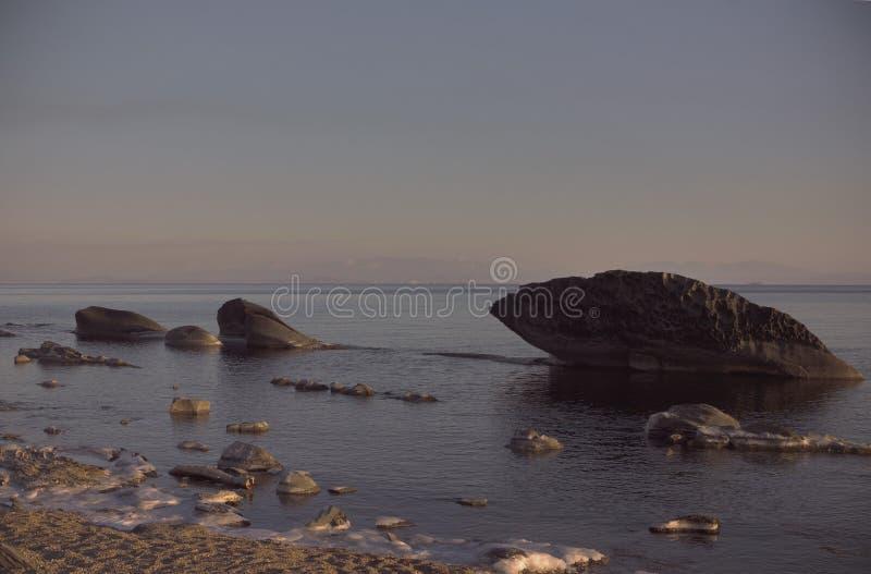 Enorma stenar på kusten royaltyfri foto