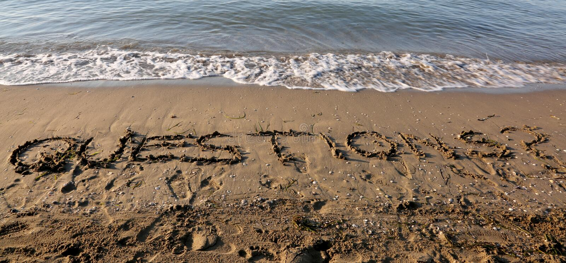 Enorma textFRÅGOR på stranden royaltyfria bilder