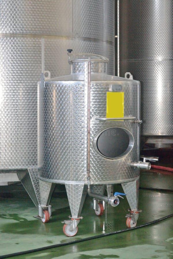 Enorme Behälter für Gärungswein an der Weinkellerei lizenzfreie stockfotos