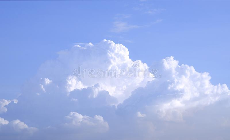 Enorme blauwe hemel en van de wolkenhemel achtergrond stock afbeelding