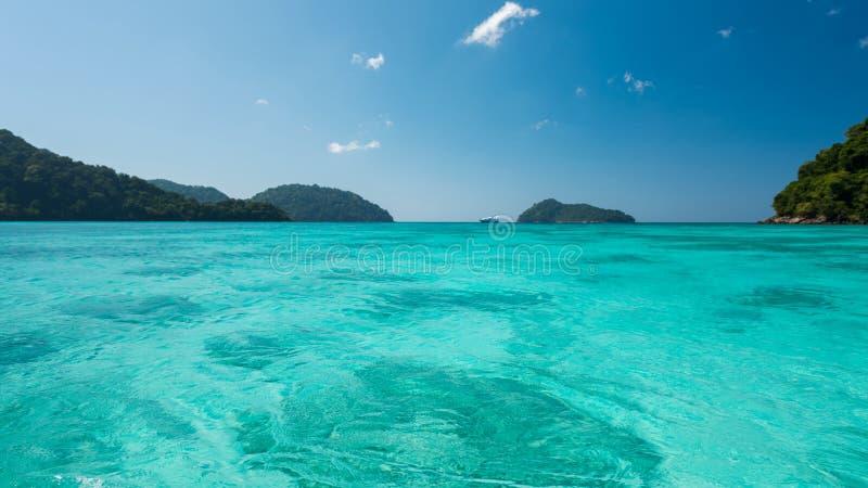 Enorme en Blauwe oceaan, Mooie Blauwe waterspiegel bij de open zee royalty-vrije stock afbeeldingen