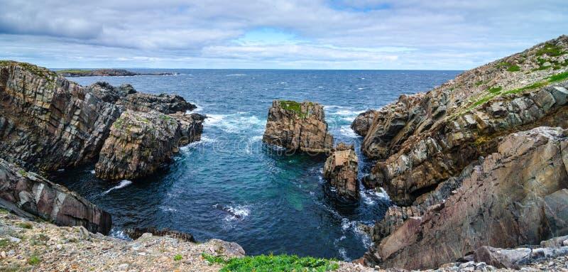 Enorme Felsen und Flusssteinzutageliegen entlang Kap Bonavista-Küstenlinie in Neufundland, Kanada lizenzfreies stockfoto