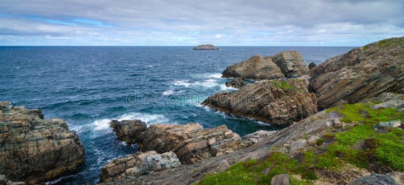 Enorme Felsen und Flusssteinzutageliegen entlang Kap Bonavista-Küstenlinie in Neufundland, Kanada stockfotografie