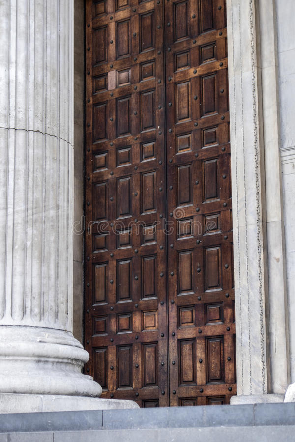 Enorme hölzerne verzierte Tür von Sir Christopher Wrens St Paul Kathedrale London England lizenzfreies stockbild