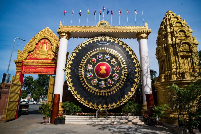 enorme Klingel bei Wat Ounalom in Phnom Penh, Kambodscha lizenzfreie stockfotografie