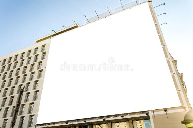 Enorme leere Anschlagtafel auf städtischem Gebäude lizenzfreies stockbild