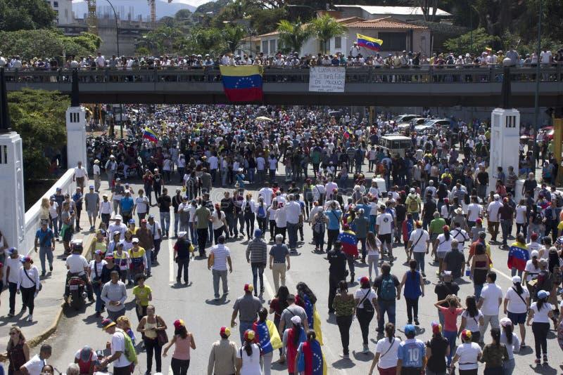 Enorme Mengen von Oppositionsanh?ngern nehmen an einer Sammlung gegen venezolanischen Pr?sidenten Nicolas Maduro teil lizenzfreie stockbilder
