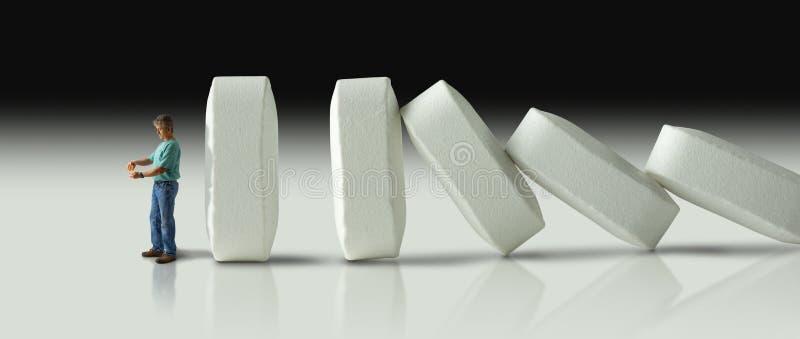 Enorme Reihe von den Pillen, die vorbei wie Dominos schließlich zum Crus zusammenstoßen stockbild