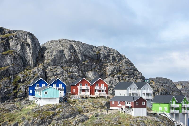 Enorme rotsen, kleurrijke huizen stock foto
