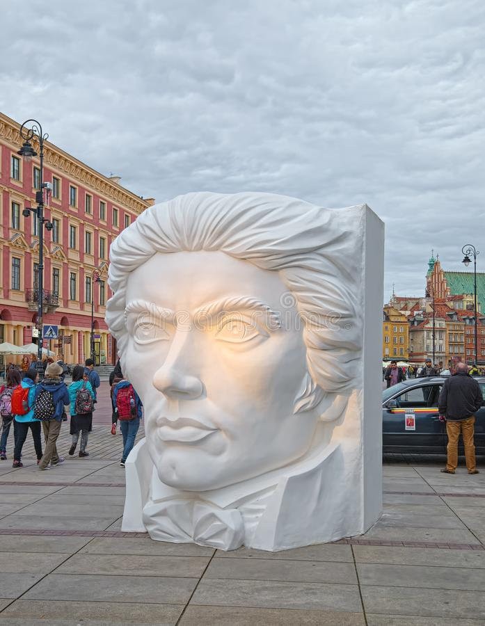 Enorme Skulptur in Warschau, Polen lizenzfreie stockfotografie