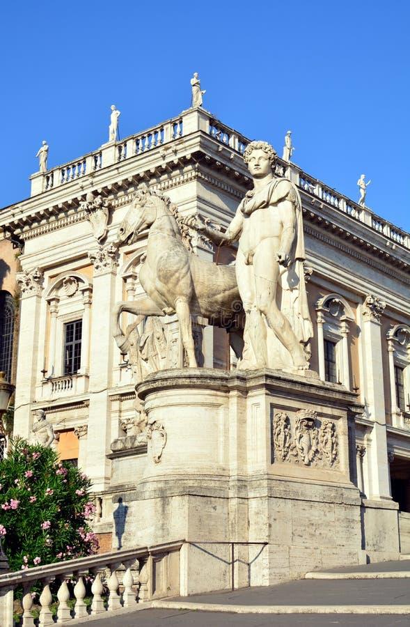 Enorme Statuen der Gießmaschine mit Pferd an Capitoline-Hügel in Rom lizenzfreies stockfoto