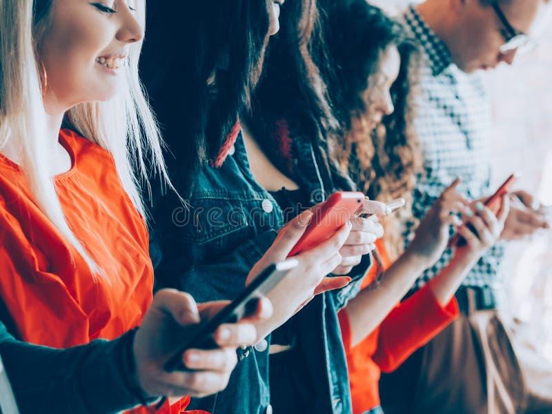 Enorme Sucht der Millennials-Technologie-Generation stockbilder