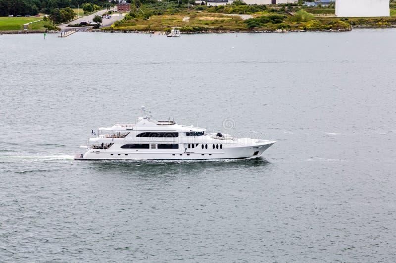 Enorme weiße Yacht-kreuzende Bucht stockfotos