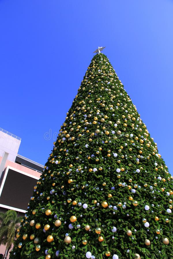 Enorme Weihnachtsbaumdekorationen und Hintergrund des blauen Himmels stockbilder