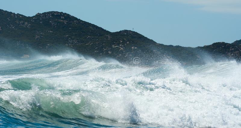 Enorme Welle auf dem blauen Meer stockfotos