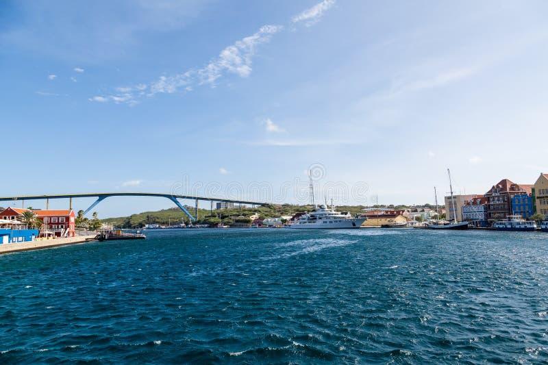 Enorme Yacht durch Queens-Brücke in Curaçao lizenzfreies stockfoto