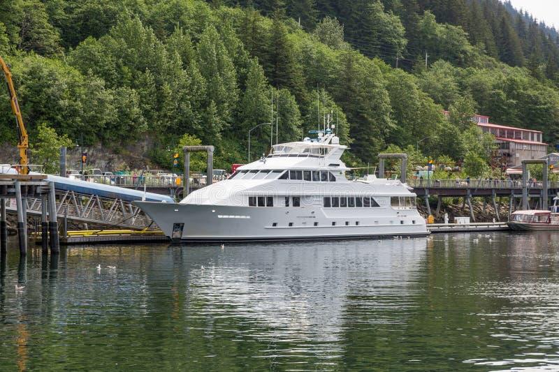 Enorme Yacht in Juneau lizenzfreie stockfotografie