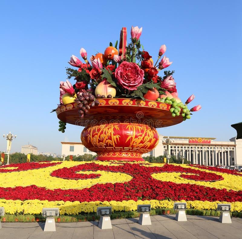 Enormer Blumenkorb im Tiananmen-Platz, Peking, China lizenzfreies stockfoto