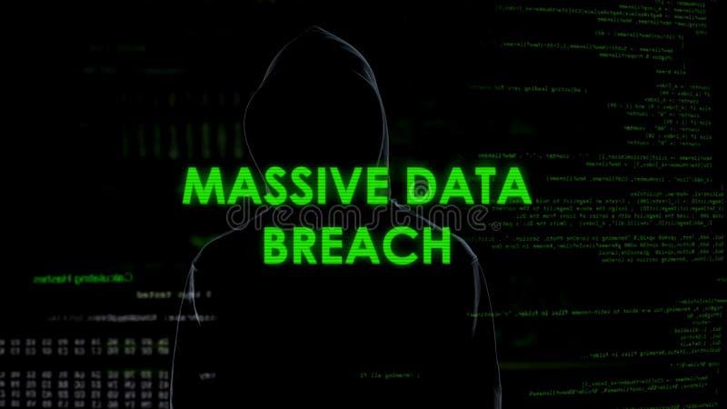 Enormer Datenbruch, Berufsverbrecher, der erfolgreich Informationen kopiert stockbilder