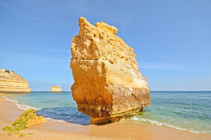 Enormer Felsen am Klippenstrand von Praia DA Marinha, reizender versteckter Strand nahe Lagoa Algarve Portugal stockfoto