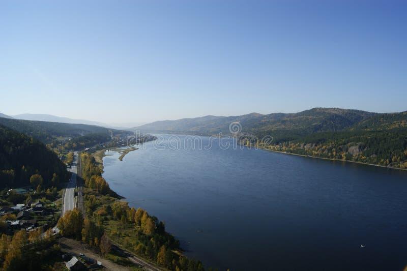 Enormer Fluss mitten in Bergen lizenzfreie stockfotos
