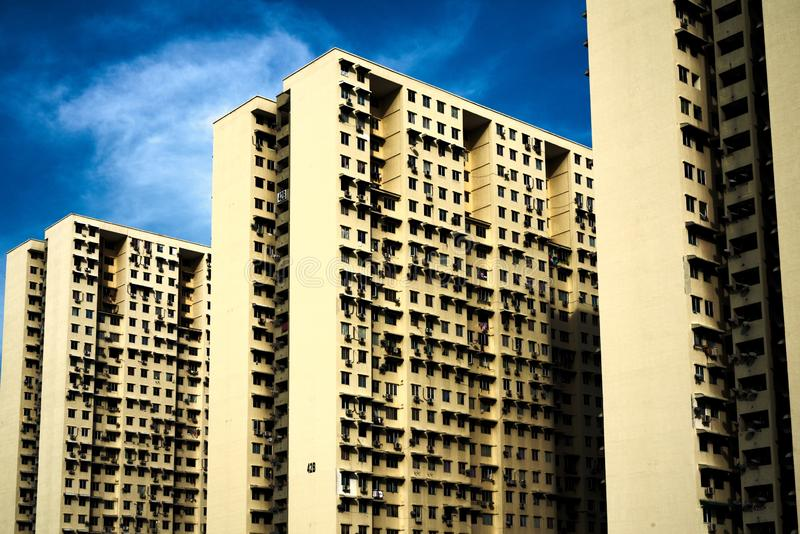 Enormer Gebäudekomplex mit drei Blöcken von zwei Reihen jeder lizenzfreies stockfoto