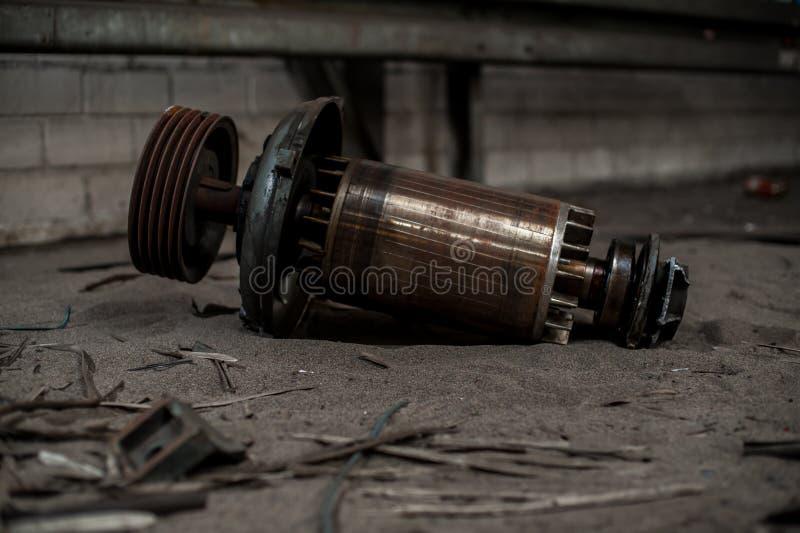 Enormer Kern des Elektromotors in den industriellen Ruinen lizenzfreies stockfoto