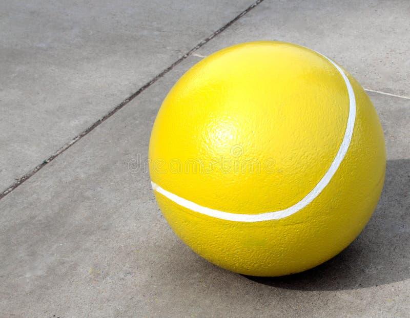 Enormer konkreter Tennisball stockbild