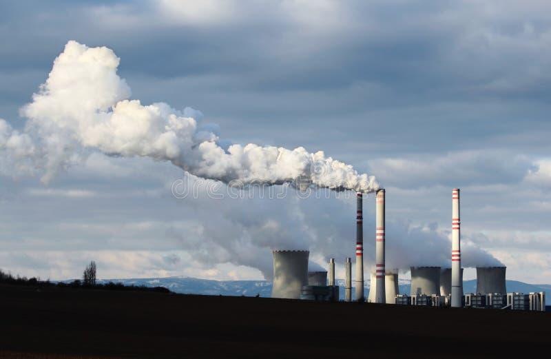 Enormer Rauch von der BraunkohleKraftwerkfabrik lizenzfreies stockbild