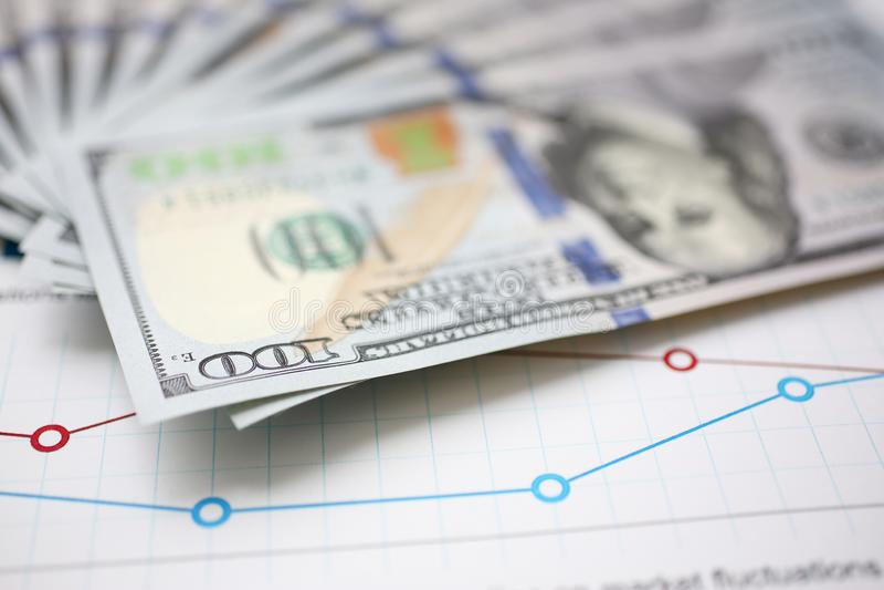 Enormer Satz US-Geld hinlegend auf wichtigem Finanzdokument lizenzfreie stockbilder