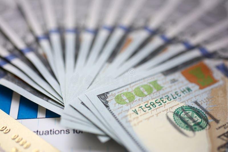 Enormer Satz von US-Geld und -Bankkarte, die sich auf wichtigem Finanzdokument hinlegen lizenzfreies stockbild
