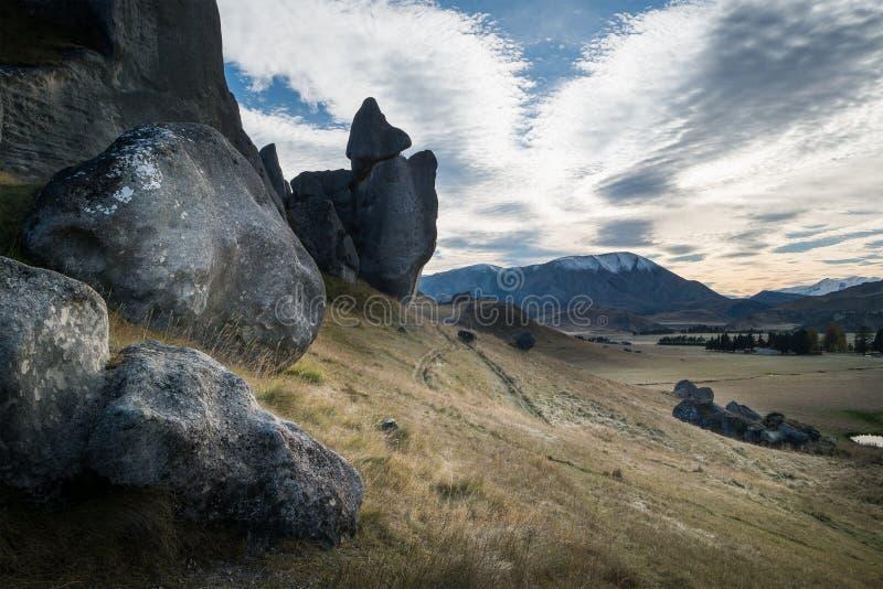 Enormer Stein des Schloss-Hügels am bewölkten Tag, Neuseeland stockfotos